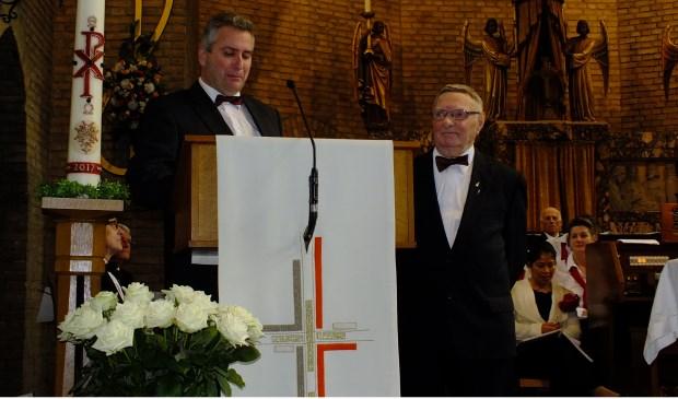 :inks voorzitter Bert Jacobs, rechts Rinus Vos 75 jaar lid Zangkoor Sint Caecilia.