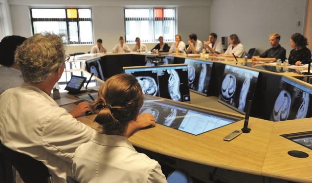 De artsen zitten aan een grote ovale tafel, hebben de beschikking over alle patiëntengegevens en toegang tot de patiënten-informatie (EPD) op ingebouwde displays. Foto: Jan de Groot