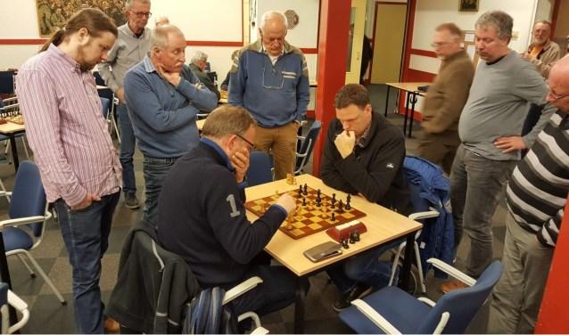 Het duel Ed de Beule (links) – Martijn Pauw trok veel bekijks. Tweede van rechts Martin Markering. (foto: Rinus van der Molen)