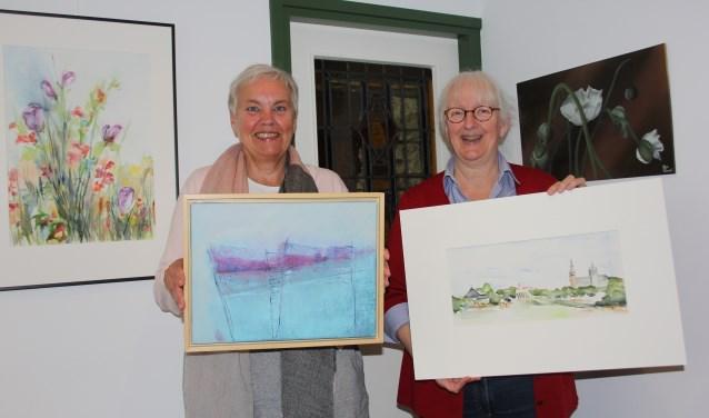 Het kunstenaarscollectief GestART2002 viert het 15-jarige jubileum met een drie weken durende tentoonstelling met werken van de aangesloten kunstenaars en kunst van kinderen van zeven basisscholen. Op de foto Mieke Klaase en Dithlinde Crielaers . foto Wendy van Lijssel