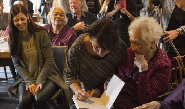 Pascale signeert het eerste exemplaar voor Stien Boermeester (94), haar oma.