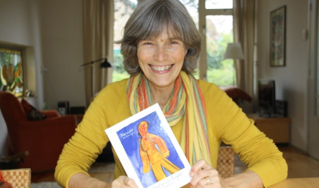 Marieke van Nimwegen met haar boek. FOTO: Astrid van Walsem