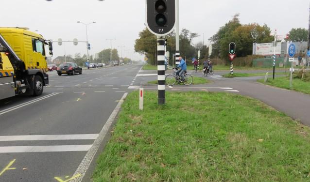 De plaats van het fatale ongeval is door de politie gemarkeerd met gele en oranje tekens.