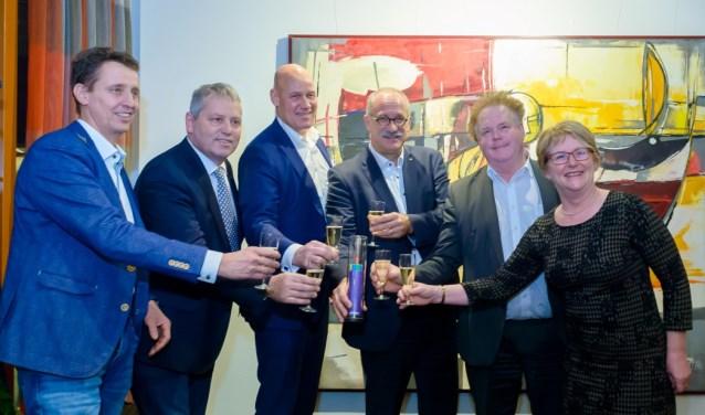 Een toost op de start van de aanleg een glasvezelnetwerk in het Land van Cuijk. (Persfoto).