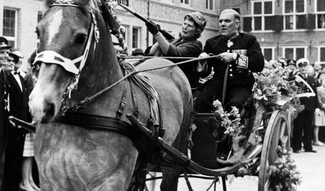 17 mei 1965. Commissaris der Koningin De Casembroot en echtgenote aan het ringsteken op het Abdijplein. Bron: ZB/Planbureau en Bilbiotheek van Zeeland