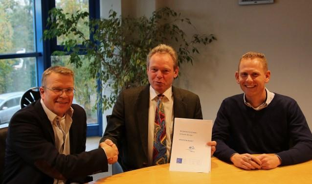 Fotobijschrift: van links naar rechts: directeur Jelle van der Kleij van Bunnik Bouw, wethouder Ivo ten Hagen en teammanager Mark Goossens van gemeente Woerden.