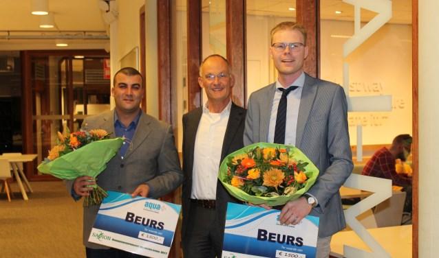 Student Hafid Lahmiym (links), directeur Michel Walhof van Aqua+ en student Daniel Minnegal (rechts).