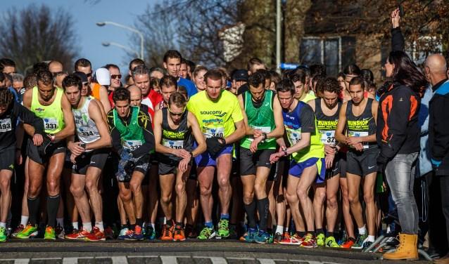 Deze deelnemers aan de Kuijkse Stratenloop staan klaar voor een gezonde start van het nieuwe jaar!  Inschrijven voor de lustrumeditie op zondag 14 januari is vanaf nu mogelijk via www.kuijksestratenloop.nl.