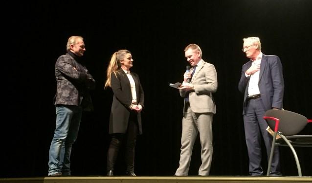 Miranda van den Besselaar uit Aalst kreeg de Sint Maarten Mantelzorgpenning uitgereikt door burgemeester Rehwinkel.