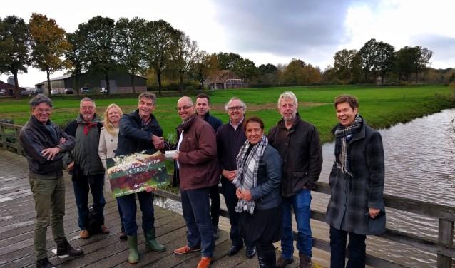 Jos Verstraten krijgt de Groenblauwe handdruk uitgereikt (eigen foto).