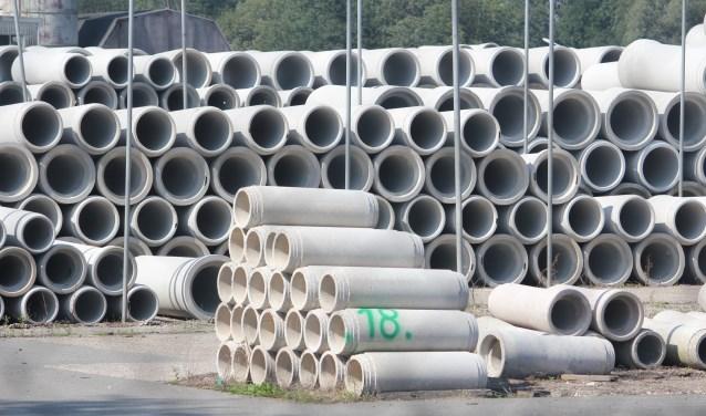 Op het terrein waar voorheen betonnen buizen lagen wordt binnenkort de aansluiting van de rondweg Lochem op de Goorseweg aangelegd.
