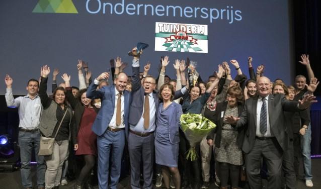 Edwin Noordermeer, Simone Varekamp van Vliet en Rob Witmer, eigenaren van Tuinderij Vers, namen gezamenlijk de prijs in ontvangst.