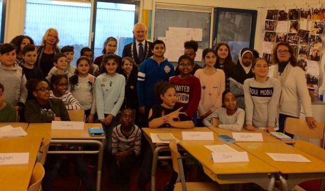 Burgemeester Lamers temidden van de leerlingen van Loep.