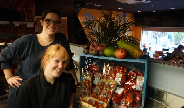 Hester van Bork en Marloes Kraan in de open keuken van El Rey waar ze dagelijks aan de slag gaan met restant producten van AH van de vorige dag om voedselverspilling tegen te gaan