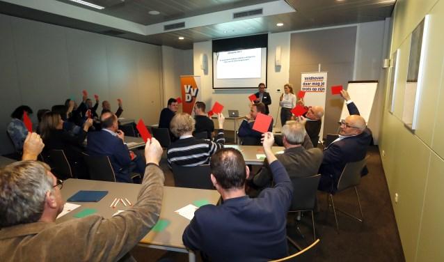Discussie over allerlei onderwerpen tijdens bijeenkomst van VVD Veldhoven. FOTO: Bert Jansen.