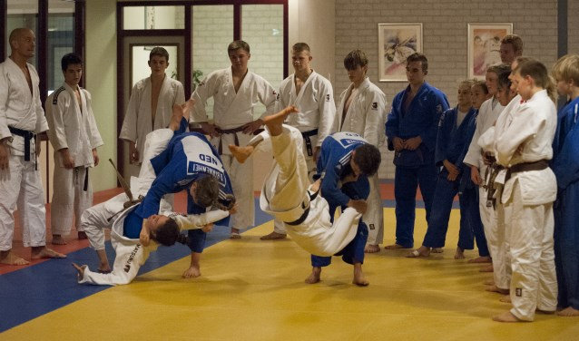 Tijdens de techniektraining bij Theo Meijer Sport wordt uitleg gegeven over worpen en grepen. Helemaal links op de foto: Theo Meijer. (Foto: Hetty Heijne)