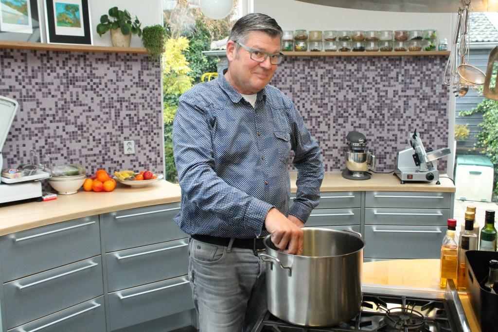 : René Leenpoel, culinair met streekproducten bezig zijn. foto Leon Janssens