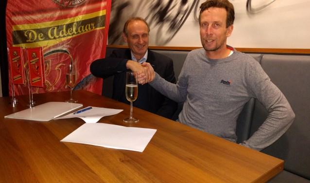 Namens Bioracer tekende Bart Voskamp, oud profrenner en nu werkzaam bij Bioracer (r.). (foto pr)