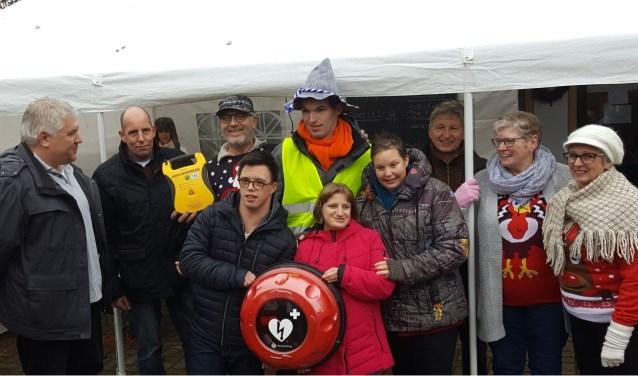 De bewoners van het Thomashuis in Kaatsheuvel werden zondag verrast met een AED en een bijbehorende buitenkast.
