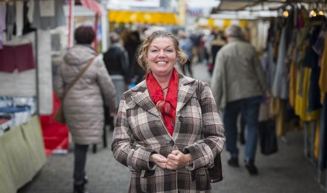 """Sharon Tollenaar op de markt: """"Ik vind dat alle burgers een prettig leefklimaat moeten hebben ongeacht afkomst, religie of wat dan ook. Daar wil ik mij hard voor maken."""" (Foto: John Wijntjes)"""