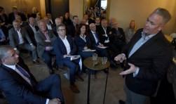 Mark Maree van De Zalm Horeca Groep 'pitcht' over de succesformule van Koeien en Kaas. Foto: Marianka Peters