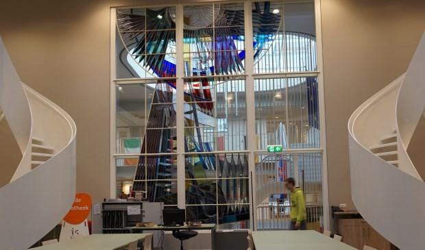 Kunstenaar Berend Hendriks ontwierp het raam in 1958.Het stelt het bijbelverhaal van Jacob en de ladder voor. Dat symbool staat voor de hulp die Revius biedt aan de leerling om te groeien. FOTO: Ellis Plokker