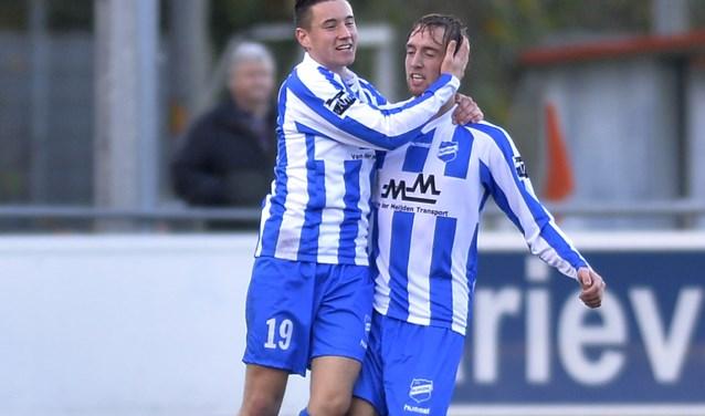 Felicitaties voor Bart Dirven voor zijn wat later bleek winnende treffer in de derby tussen Altena en Almkerk. De ploeg van trainer Robert Roest meldt zich voor de derde ronde van de KNVB-beker (Foto Teus Admiraal)
