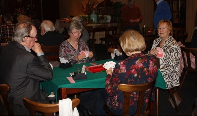 """Bridgeclub Neede en Omstreken heeft op dit moment 70 leden. De oudste leden zijn 95 en 94 jaar. Van Til: """"Bridgen houdt je bij de tijd en actief. Het jongste lid is 53 en we hopen door een nieuwe cursus nog meer leden in die leeftijdscategorie te krijgen."""""""