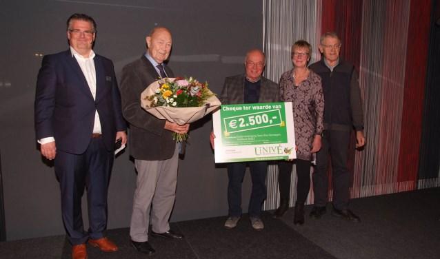 De overhandiging van de cheque door Univé directeur Harry Haandrikman (links) Verder op de foto Tonnie Raaijman en Wim Soeter (soos Ons Genoegen) Ans Olink en Harry Spekschoor (Univé).