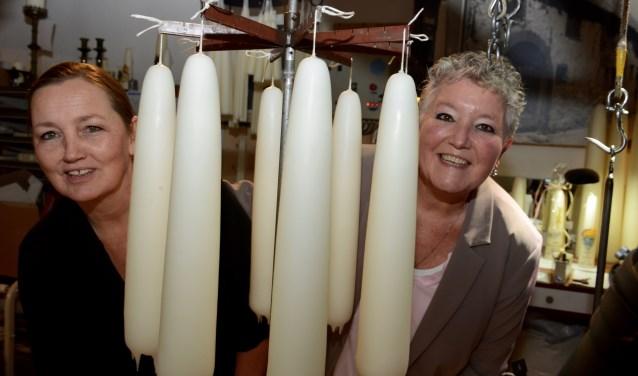 Annelies Keijzer (l) en An Campagne van de werkgroep WintersBuren.  ''We willen de bezoekers met een knipoog naar de naderende feestdagen een sfeervolle avond aanbieden.''  (Foto: Cees Hoogteyling)