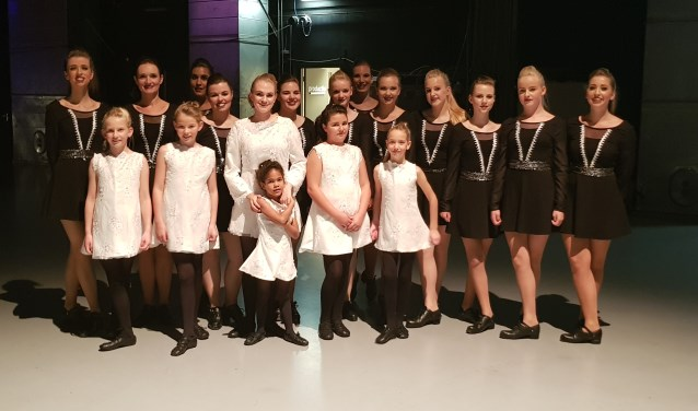De 10-jarige Imke van der Heyde (in het witte kostuum, 2e van rechts) en de 21-jarige Floor Haze (in het zwart, 3e van links) dansen zaterdagavond 18 november vanuit 't CKB mee op TV in Circus Gerschtanowitz op SBS6.