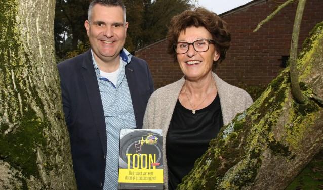 Karien van der Loo-van de Sande en haar broer Patrick van de Sande (links) zijn opgelucht met het verschijnen van hun boek 'Toon- De impact van een dodelijk ongeval'. FOTO: Theo van Sambeek.
