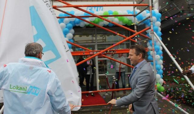 In een regen van confetti openden Han Busker (l) en Jo-Annes de Bat het nieuwe Vakbondshuis FNV Goes.(foto Leon Janssens)