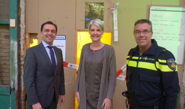 Links staat de burgemeester M. Bezuijen, in het midden de officier van justitie N. Boersma en rechts teamchef R. Stoffer.