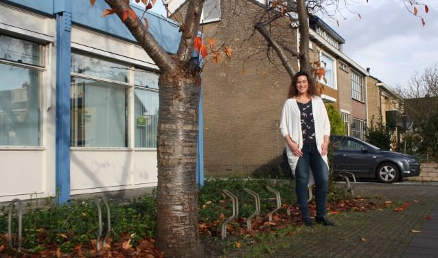 Petra Lieverse- Visser tussen de voormalige bieb en haar huis in. Ze vreest dat haar straat niet langer een aanvaardbaar woonklimaat krijgt.