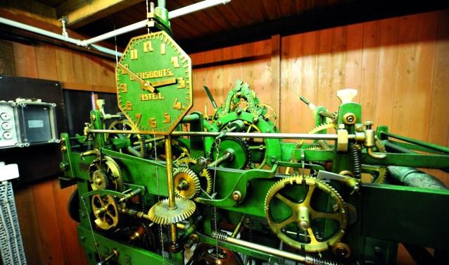 Oldenzalers en bezoekers van de stad genieten van de fraaie klanken van het carillon dat in 1930 een mooi plaatsje kreeg in de Plechelmustoren. Een prachtig geschenk aan de stad van het het koperen echtpaar Gelderman - Bartelink.