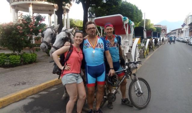 Ton Enthoven (midden) met arts Milou Korstenbroek en teamgenoot Otto. (foto: Ina Florusse)