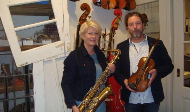 Lucienne van der Lans en Marco Brand van Stichting Leerorkest Drechtsteden. (Foto: Eline Lohman)