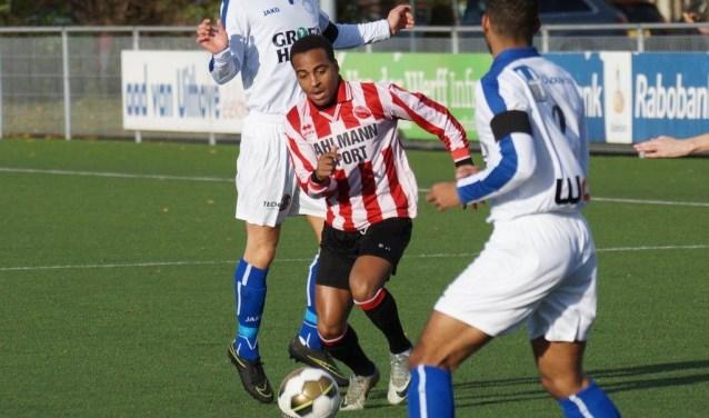 Raschelo Fecunda gaf na een wervelende solo de beslissende pass voor de 1-0 voor Alphense Boys tegen Purmersteijn. FOTO: Paul Bahlmann