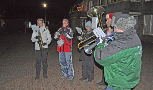 Goed ingepakte muzikanten zorgen tijdens de kerstnacht voor een warm gevoel. Zowel de jongeren als de ouderen van de fanfare pikken het elk jaar weer op om de traditie, ingezet door Driekske van Wordragen, inmiddels al 100 jaar in ere te houden.