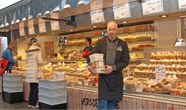 John Kempen is een trouwe marktkoopman met zijn delicatessen. Sinds kort heeft hij een nieuwe wagen staan bij de zaterdagsmarkt in Boskoop. FOTO: Bert Verver