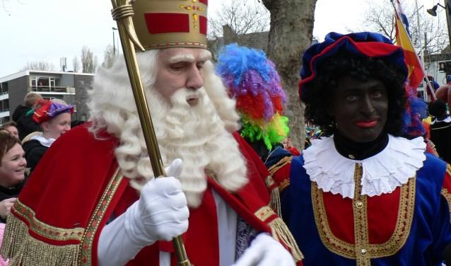 Sinterklaas zet met zijn hoofdpiet weer voet aan wal in Vlaardingen en wordt getrakteerd op een wervelend programma in het centrum. (Foto: Peter Spek)