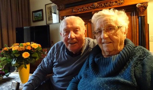 Piet Kafoe en Thea Kafoe-Van Houtum vierden vorige week, omringd door familie, hun 65-jarig huwelijk in 't Oude Veerhuis in Ammerzoden. Foto: Mieke Boelen