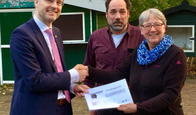 Weth. Robin Paalvast ontvangt vleermuisrapport van Marga van der Tol en Wilco Pot. (vleermuisplatform)