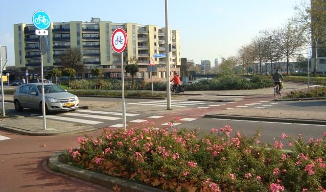 Er is een nieuw rotondeprobleem in Capelle: fietsers die tegen het verkeer in rijden. Op de foto de rotonde Schonberglaan - Sibeliusweg.