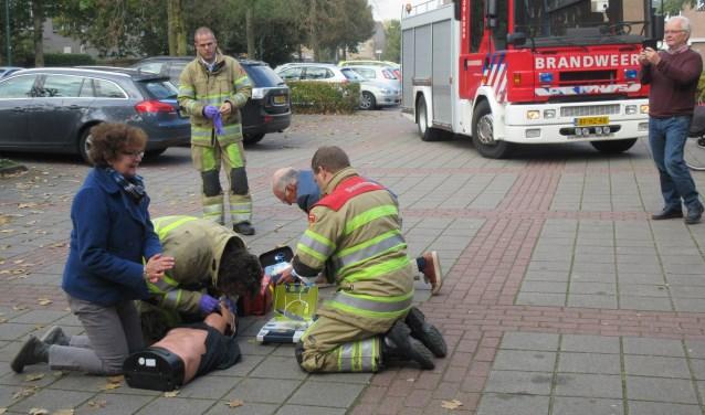 Brandweer Maarssen en hulpverleenster Janny Prins geven een demonstratie met een AED. Foto: Ria van Vredendaal