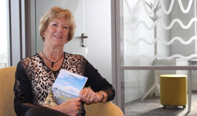 """Schrijfster Tiny Mazereeuw (77)  is nog lang niet klaar met het schrijven van boeken, dit is nog maar het begin! ,,Het boek heeft een open einde, dus..."""" (foto Daniëlle van de Vlag)"""