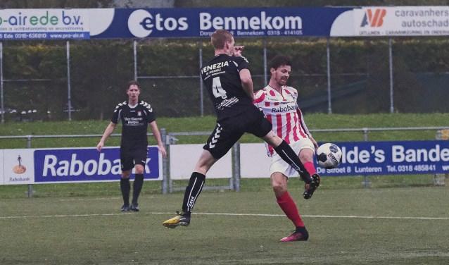 Denne van Loen (rechts) prikte zijn vierde doelpunt dit seizoen binnen. Hoewel een overwinning absoluut geen zekerheid was, won Bennekom met 2-0. (Foto: Chris Wagter)