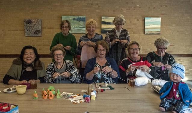 De dames van de Leusdense Breiclub komen iedere maandagmiddag bij elkaar in buurthuis De Kit. (Foto: Hetty Heijne)