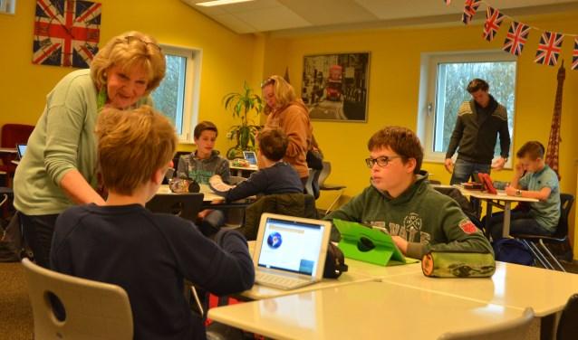 Onder begeleiding van de Britse taalassistente Linda Cramer en haar Amerikaanse collega Traee Walters bedenken de leerling van klas G11 multipele choice vragen voor Geographydocent Thom van der Linden.